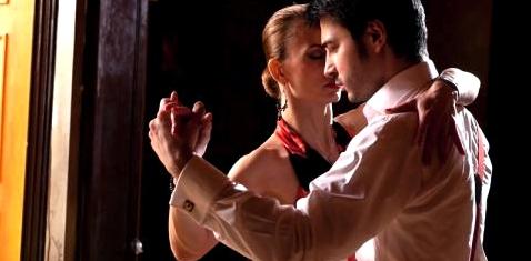 Paar tanzt Tango