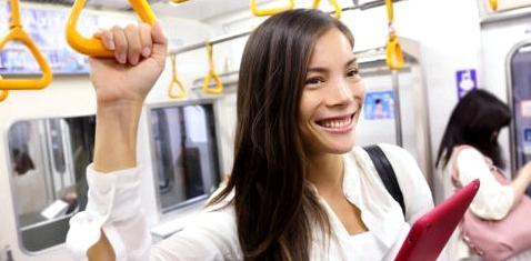 Eine Frau fährt mit der Bahn