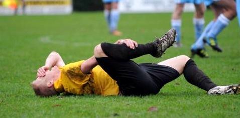 Ein Fußballer hat sich verletzt