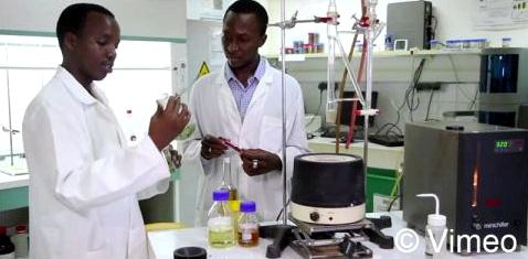 Moctar Dembélé und Gérard Niyondiko entwickeln Seife