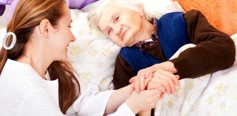 Eine alte Frau liegt im Krankenhaus
