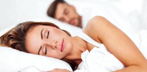 Ein Paar liegt im Bett und schläft