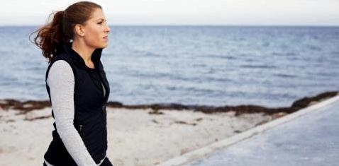 Sportliche Frau am Strand