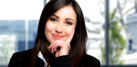 Eine attraktive Geschäftsfrau lächelt in die Kamera