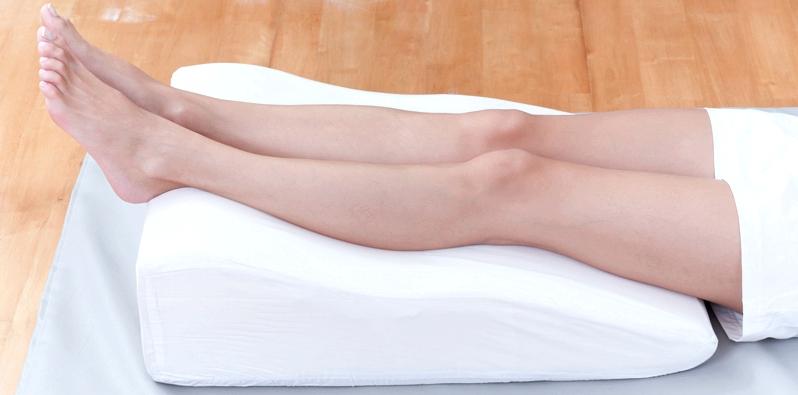 Beine liegen auf Venenkissen