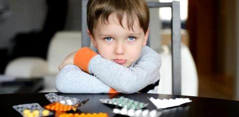 Junge will keine Tabletten nehmen