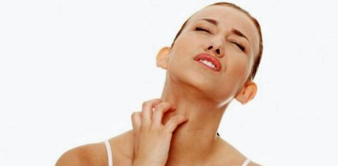Neben Erkrankungen wie Neurodermitis können auch trockene Haut oder Stoffwechselstörung der Leber das Reizgefühl der Haut hervorrufen