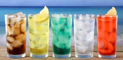Auch wenn sie bei heißem Wetter verlockend wirken: Softdrinks sind wahres Gift für den Körper